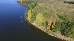 Automne sur la vue supérieure de lac du quadcopter clips vidéos