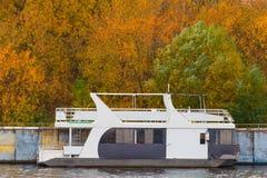 Automne sur le fleuve Photographie stock libre de droits