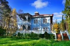 Automne, vieille maison en bois d'amende Photos stock