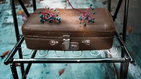 Automne, vintage vieille valise en cuir sur un fond de turquoise photo stock