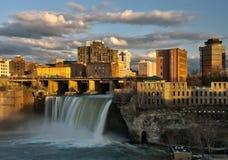 Automnes élevés de Rochester du centre New York au coucher du soleil photos libres de droits