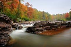 Automnes d'aubaine - cascade à écriture ligne par ligne d'automne du Michigan Photographie stock libre de droits