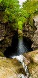 Automnes de cascade des foyers en gorge étroite avec le vieux pont en pierre au loch Ness In Scotland photographie stock libre de droits