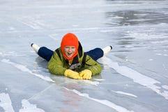 Automnes de jeune fille apprenant à patiner Images libres de droits