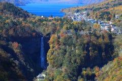 Automnes de Kegon et lac Chuzenji à NIkko, Japon. Photographie stock
