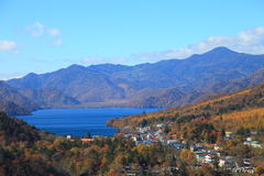 Automnes de Kegon et lac Chuzenji à NIkko, Japon. Images stock
