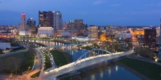 Automnes de nuit sur le noyau urbain du centre de Columbus Ohio image stock