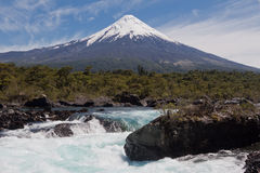 Automnes de Petrohue et volcan d'Osorno au Chili Image stock