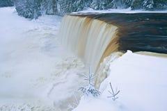 Automnes supérieurs de Tahquamenon de l'hiver Image stock