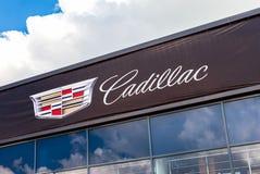 Automobiel het handel drijventeken van Cadillac tegen de hemel Stock Foto