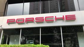 Automobiel het handel drijventeken van Porsche bij de bouw stock footage