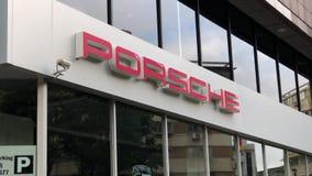 Automobiel het handel drijventeken van Porsche bij de bouw stock video