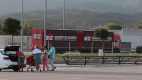 Automobiel verkeer op de grens tussen Frankrijk en Spanje stock footage