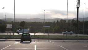 Automobiel verkeer op de grens tussen Frankrijk en Spanje stock videobeelden