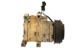 Automobielairconditioningscompressor, oude nutteloze die motor uit de auto wordt verwijderd stock afbeeldingen