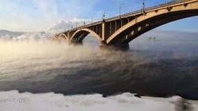 Automobiele brug in de winterochtend stock videobeelden
