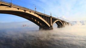 Automobiele brug in de winterochtend stock video