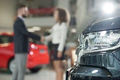 Automobiele koplamp, manager en cliënt het schudden handen stock foto's