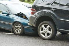 Automobiele neerstortingsbotsing in stedelijke straat Stock Fotografie