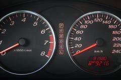 Automobiele snelheidsmeter en tachometer Stock Afbeeldingen