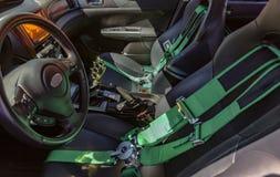 Automobiele voorzetels met groene veiligheidsgordels en riemen royalty-vrije stock afbeeldingen
