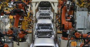 Automobielproductielijn Het lichaam van de lassenauto De moderne installatie van de autoassemblage stock video