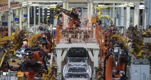Automobielproductielijn Het lichaam van de lassenauto De moderne installatie van de autoassemblage stock footage