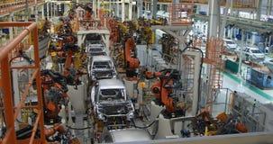Automobielproductielijn Het lichaam van de lassenauto De moderne installatie van de autoassemblage stock videobeelden