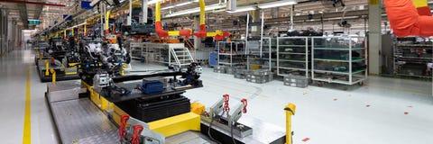 Automobielproductielijn Lang formaat Brede hoekmening van installatie van de automobielindustrie Kan als banner worden gebruikt stock afbeelding