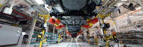 Automobielproductielijn Lang formaat Brede hoekmening van installatie van de automobielindustrie Kan als banner worden gebruikt royalty-vrije stock fotografie