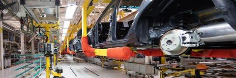 Automobielproductielijn Lang formaat Brede hoekmening van installatie van de automobielindustrie Kan als banner worden gebruikt royalty-vrije stock foto's