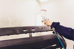 Automobielverf Mechanisch Painting de Auto in AutoReparatiewerkplaats royalty-vrije stock afbeelding