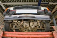 Automobil auf Autoaufzug lizenzfreie stockbilder