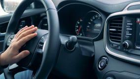Automobil fängt und gestoppt mit einem Knopf an, der gedrückt wird stock video footage