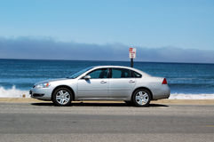 Automobil geparkt durch Ozean Lizenzfreie Stockbilder
