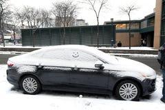 Automobil mit Schnee und Lächeln Lizenzfreie Stockfotos