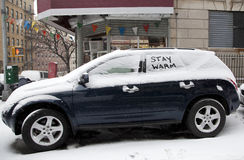 Automobil mit Schnee und Mitteilung Lizenzfreies Stockfoto