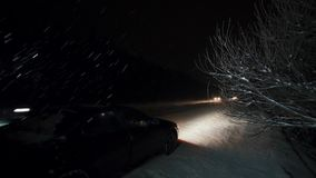 Automobil natt på huvudvägen under snöfallsammanbrottet på vägen arkivfilmer
