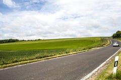 Automobilautofahren auf die Straße, den sonnigen Tag und den blauen Himmel im Sommer Stockfotografie