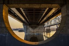 Automobilbrücke über dem Dnieper-Fluss stockfoto