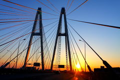 Automobilbrücke am Sonnenuntergang Lizenzfreies Stockfoto