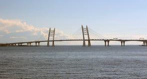 Automobilbrücke in St Petersburg lizenzfreies stockfoto