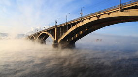 Automobilbrücke am Wintermorgen stock footage