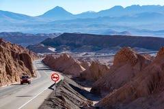 Automobile à Valle de La Muerte et la montagne de dinosaures photographie stock libre de droits