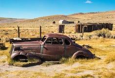 Automobile abandonnée dans le désert Images libres de droits