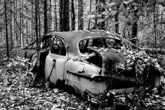 Automobile abbandonata in bianco e nero Fotografie Stock Libere da Diritti