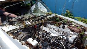 Automobile abbandonata degli anni 70 immagine stock libera da diritti