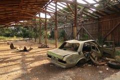 Automobile abbandonata, degrado urbano immagini stock