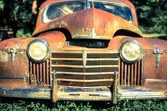 Automobile abbandonata in natura Fotografia Stock Libera da Diritti
