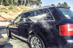 Automobile ad alta pressione di lavaggio all'aperto Fotografia Stock